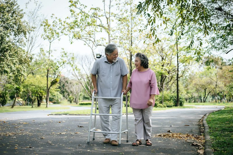 Best Outdoor Walkers and Rollators for Summer Mobility